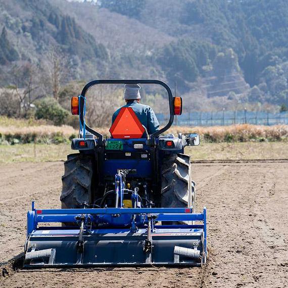 専用の農機具を使って土の状態を整えます